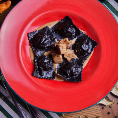 Чорні равіолі з креветкою та білими грибами