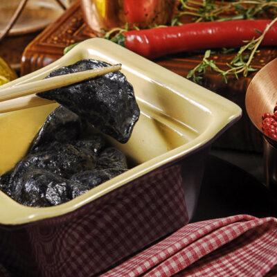 Чорні вареники з качкою по-пекінськи з соусом Хайсін