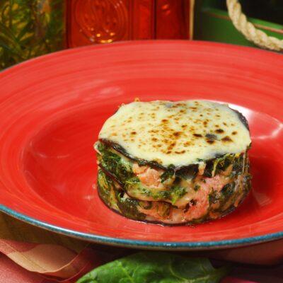 Чорна лазанья з лососем  та шпинатом