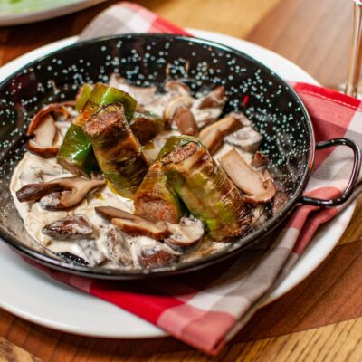 Канелоні з цибулі-порей з мармуровою яловичиною та лісовими грибами