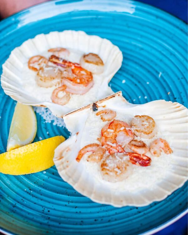 Кокіль з гребінця та креветки під білим трюфельним соусом