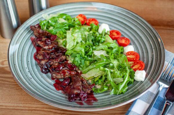Улюблений салат Куха з курячою печінкою та копченою вишнею
