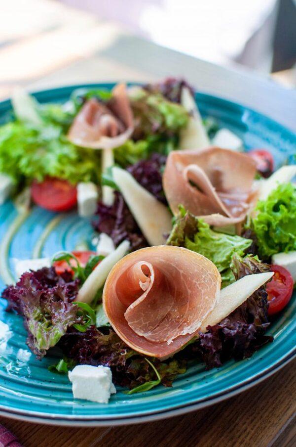 Салат із хамоном та грушею під гірчично-медовою заправкою