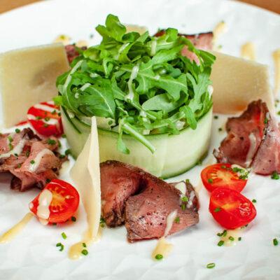"""Салат із ростбіфом, зеленим міксом з томатами """"черрі"""" та пармезаном"""
