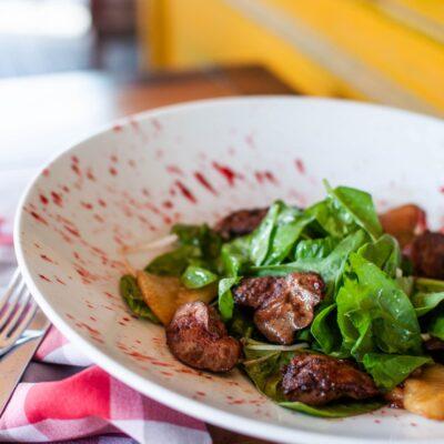 Салат с курячою печінкою, карамелізованою грушею та полунично-анісовим соусом