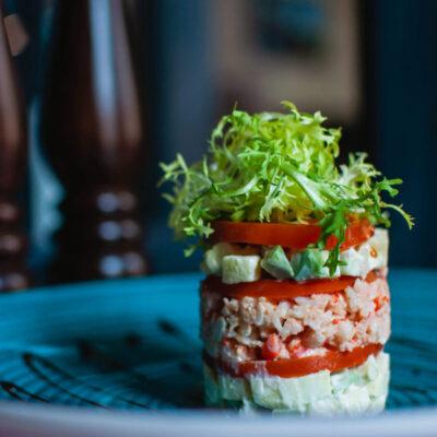 Салат з м'ясом коричневого краба, креветками і томленими томатами