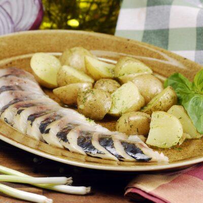 Скумбрія власного посолу з пряною картоплею
