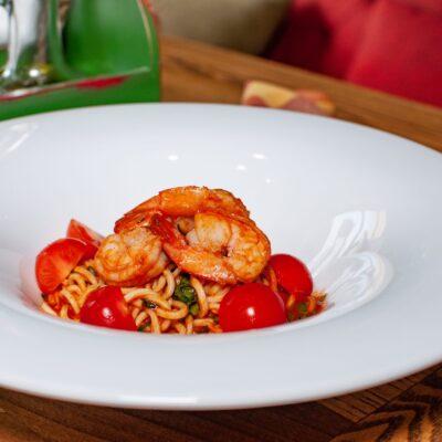 Спагеті з креветками у томатно-базиліковому соусі