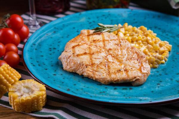 Стейк з індички на подушці з кукурудзи у вершковому соусі з Пармезаном