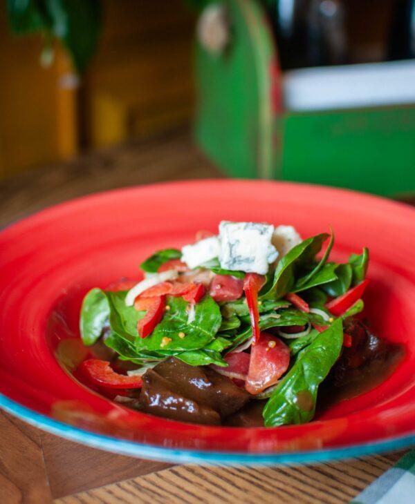 Теплий салат з телячими щічками