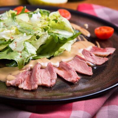 Теплий салат з качиною грудкою під трюфельним соусом