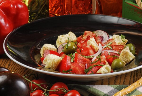 """Традиційний тосканський салат """"Панцанелла"""""""