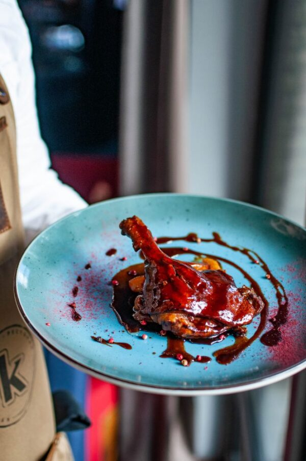 Качина ніжка у сливовому соусі з карамелізованими яблуками