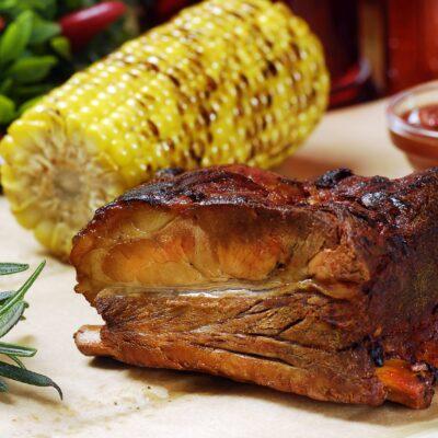"""Запечені свинні ребра подаються з кукурудзою на грилі та соусом """"Mississipi"""""""