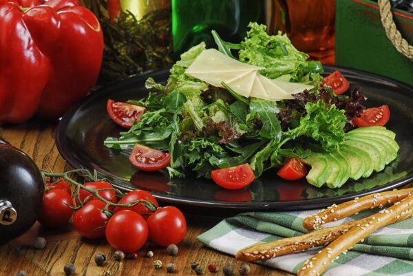 """Зелений салат з авокадо та Пармезаном під соусом """"Песто"""""""
