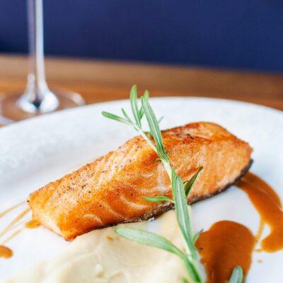 Смажений лосось на овочевому пюре з тахіні