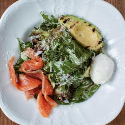 Салат з авокадо гриль, лососем власного посолу та грецьким йогуртом