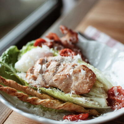 Фірмовий Цезар від Куха зі смаженим курчам та яйцем пашот