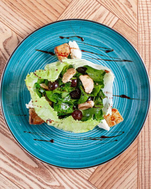 Теплий салат з фуа-гра, індичкою та маскарпоне