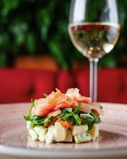 Салат з копченим лососем, авокадо та яблучним чатні