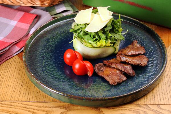 Теплий салат з телятиною та сиром Пармезан