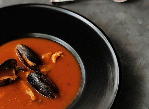 Густий томатний суп із рибою та морепродуктами