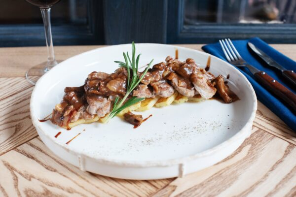 Вирізка свинини під ялівцевим соусом з хрусткою картоплею та лісовими грибами