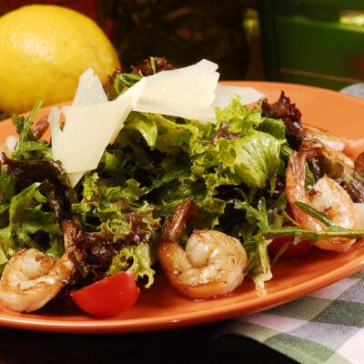 Зелений салат з авокадо та креветками