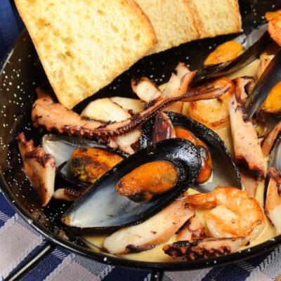 Пательня морепродуктів в сирному соусі з пікантним Чорізо