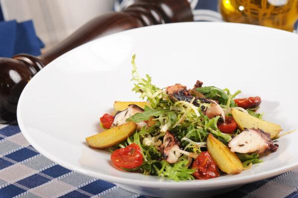 Теплий салат з щупальцями кальмара та медовими томатами черрі