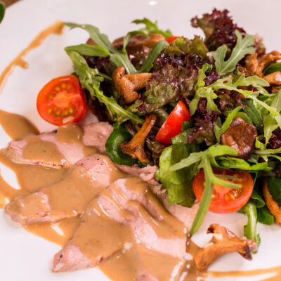 Салат з копченою грудкою, лисичками та вершкого-трюфельним соусом
