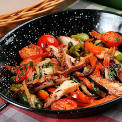 Щупальця кальмара з овочами по-сицілійські