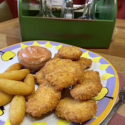 Курячі нагетси з картопляними крокетами