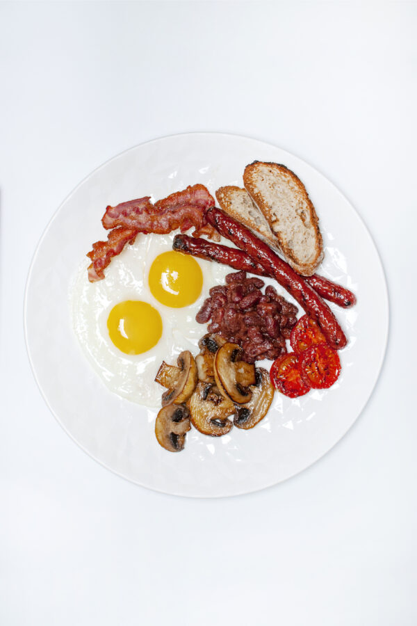"""""""Улюблений сніданок Куха"""" з яєшнею, мисливськими ковбасками, беконом та печерицями"""
