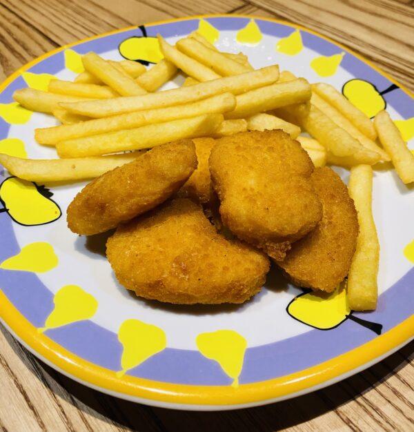 Курячі нагетси з картоплею фрі