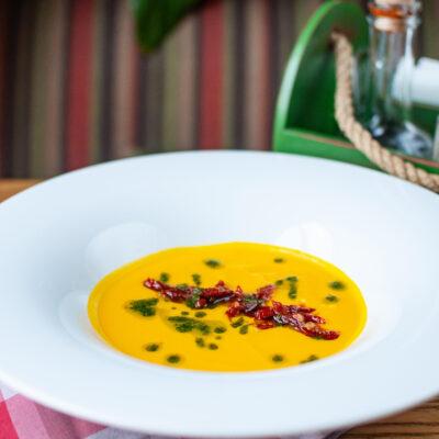 """Гарбузовий суп з в'яленими томатами і соусом """"песто"""""""