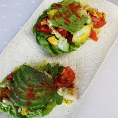 "Овочевий мікс в листях салату з соусом ""крем-кокос"""
