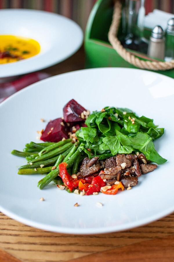 Салат з копченим буряком, лісовими грибами під соусом песто