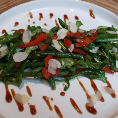 Салат зі спаржи, руколи під устричним соусом
