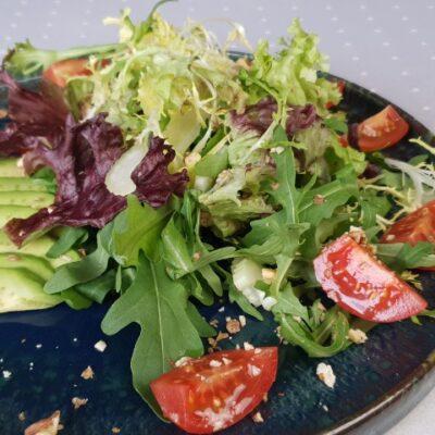 Зелений салат з авокадо, селерою, горіхами та медово-гірчичним соусом