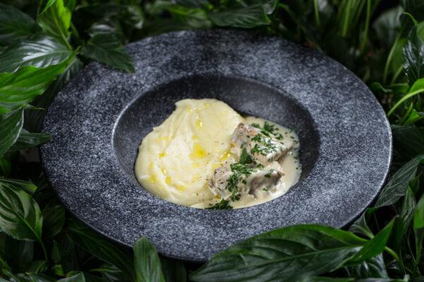 Кролик в вершково-гірчичному соусі з картопляним пюре