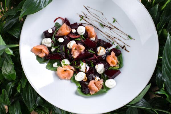 Салат з лососем, крем-сиром та запеченим буряком