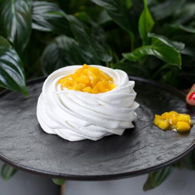 Десерт Павлова з манго